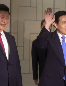 Chinese President Xi Jinping (L) and Taiwanese President Ma Ying-jeou wave to photographers as they enter the room at the Shangri-la Hotel where they are to meet, in Singapore November 7, 2015. Leaders of political rivals China and Taiwan met on Saturday for the first time in more than 60 years for talks that come amid rising anti-Beijing sentiment on the self-ruled democratic island and weeks ahead of elections there. REUTERS/Joseph Nair/Pool  - RTS5W9W