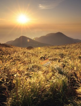 pejzazhi-kitaj-gory-trava-gora-xolmy-solnce-vid-mesta-krasivye-priroda-nebo-utro (1)